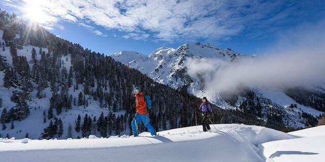 Skitourengeher oberhalb der Weidener Hütte in den Tuxer Alpen (Tirol), Foto: Wolfgang Ehn
