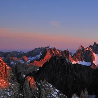 Meije bei Sonnenaufgang - Good Morning! Die Meije beginnt zu leuchten, beim Aufstieg zur Barre des Écrins.