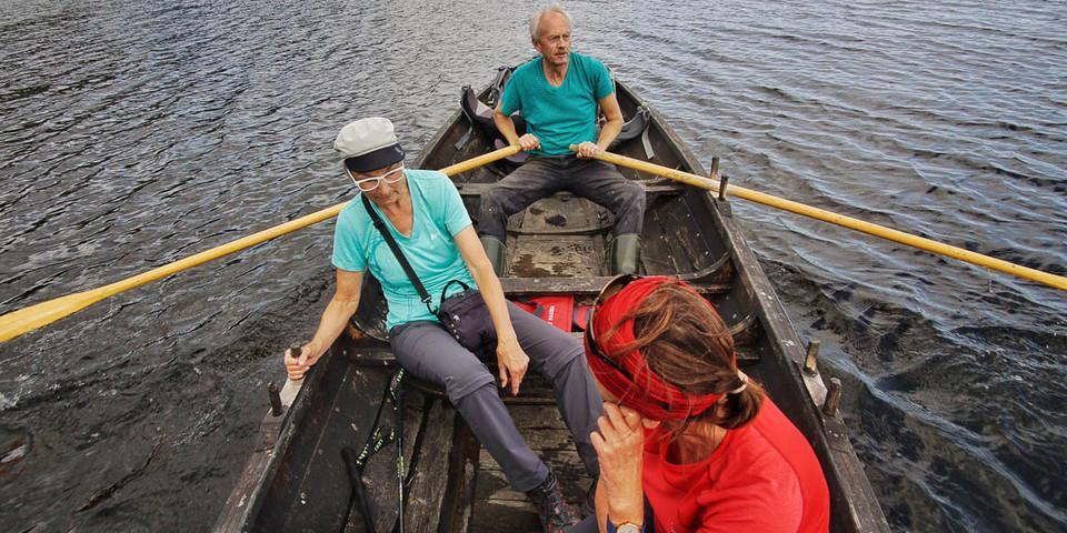 John vom Sundet Gård-Hof setzt seine pilgernden Gäste mit dem Kahn über den Fluss Gaula. Foto: Joachim Chwaszcza