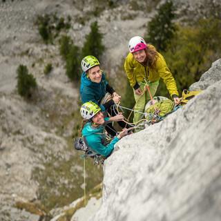 Trainerin Dörte Pietron beim Sichtungscamp mit zwei Bewerberinnen, Foto: DAV/Silvan Metz