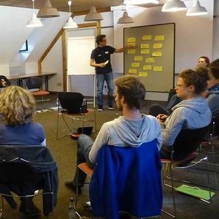 Moderator bei der Ergebnisvisualisierung. Foto: Lena Glaeser.