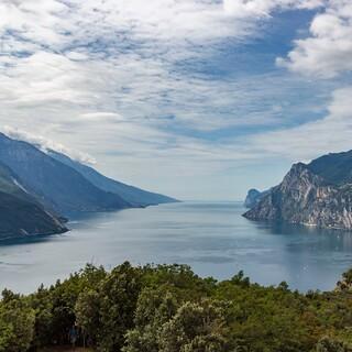 Der Gardasee schafft es hinsichtlich Größe und Tiefe aufs Treppchen. Foto: meineresterampe auf Pixabay