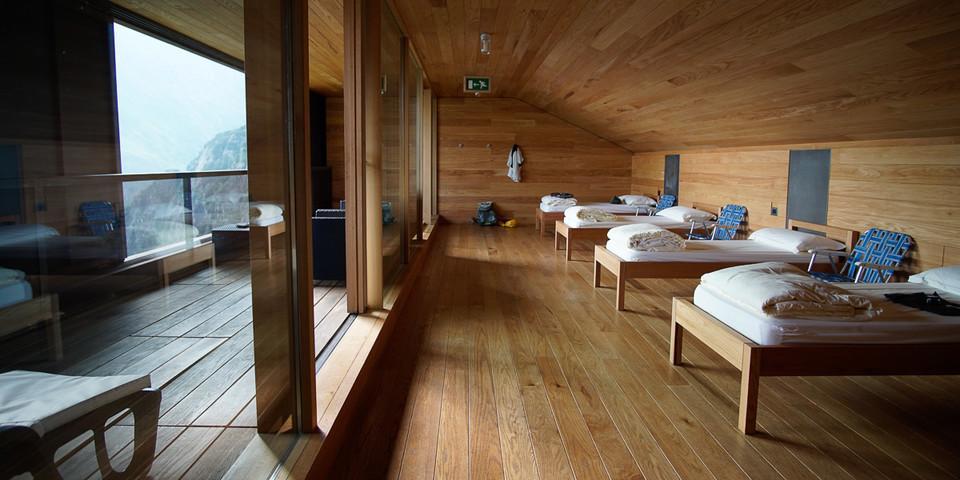 """Großzügig und mit edlem Holz ausgebaut wurde das """"Ostello al Curò"""", die Selbstversorgereinheit/das Seminarzentrum des Rifugio Curò. Foto: Joachim Chwaszcza"""