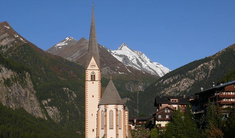 Heiligenblut - Die Kirche von Heiligenblut und der Großglockner – ein Symbolmotiv Österreichs.