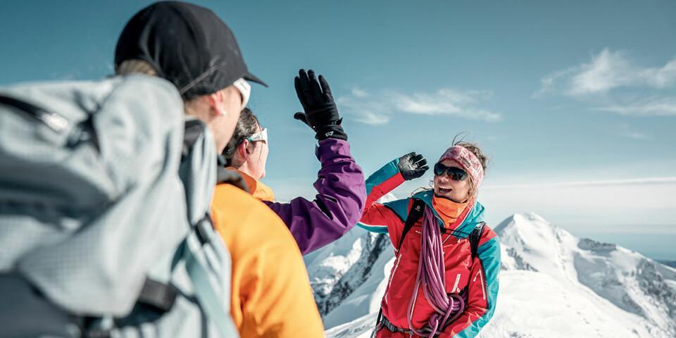 Bergführerin Caro North mit zwei Teilnehmerinnen auf dem Gipfel des Breithorns. Foto: Switzerland Tourism