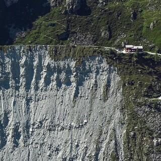 Die Cabane du Petit Mountet liegt eindrücklich direkt auf einer Seitenmoräne. Foto: DAV/Bernd Jung