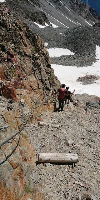 Durch das Auftauen des Permafrosts im Hochgebirge entsteht mehr Lockermaterial, das in vermehrtem Steinschlag resultiert. Foto: ÖAV/Walter Würtl