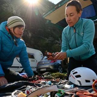 Dolomitenklettern heißt Mitdenken: Ausrüstungscheck an der Capanna Trieste, dem Ausgangspunkt zur Vazzolerhütte, Foto: Ralf Gantzhorn