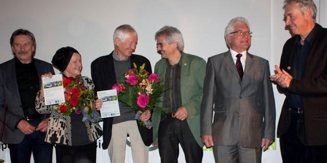 Der 5. Alpenpreis geht an Sylvia Hamberger (2. v.l.) und Dr. Wolfang Zängl (3. v.l.). V.l.n.r. Rudi Erlacher (DAV-Vizepräsident), Richard Mergner (Landesbeauftragter BUND), Erwin Rothgang (Präsident CIPRA), Dominik Siegrist (Hochschule Rapperswil)