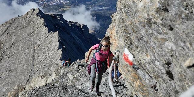 Do not lean out: Gut markiert und gesichert ist der Anstieg zum Rocciamelone. Foto: Stefan Neuhauser