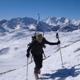 Skier Tragen, Seekofel, Pragser Dolomiten, Italien
