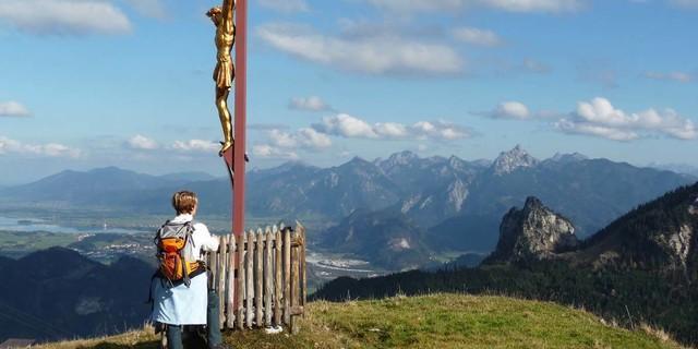 Am Breitenberggipfel reicht die Aussicht weit über den Königswinkel auf die Gipfel der Ammergauer Alpen. Foto: Gaby Funk