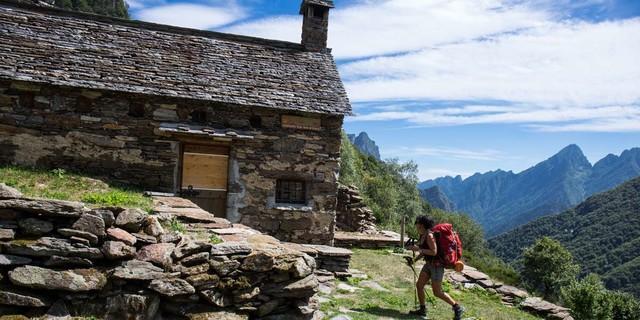 Man muss zwar immer ein paar Stunden gehen, aber Unterkünfte wie die Alpe Vald di Sopra gibt es immer wieder. Foto: Stefan Neuhauser