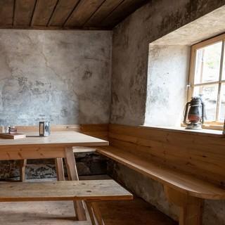 Ursprüngliche Ausstattung im Inneren der Alten Prager Hütte, Foto: Fabian Dalpiaz