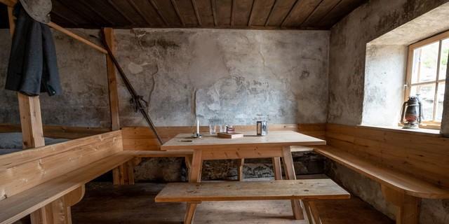 Historische Ausstattung im Inneren der Alten Pager Hütte, Foto: Fabian Dalpiaz
