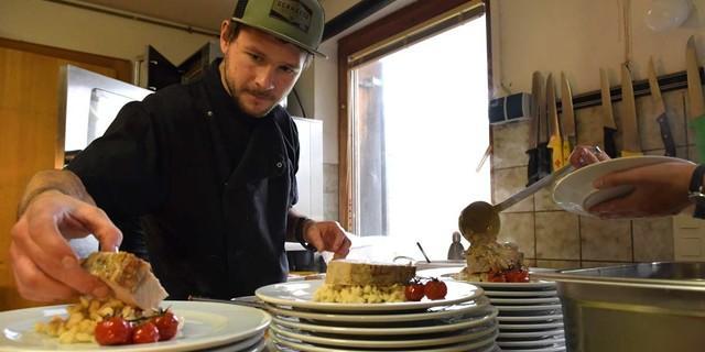 Fein angerichtet: Sandro Schoepf macht die Biberacher Hütte auch zu einem kulinarischen Höhepunkt am Weg. Foto: Stefan Herbke