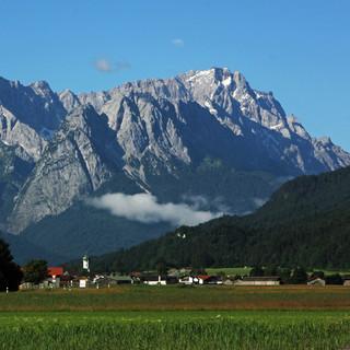 Am Freitag wird sich auch die Zugspitze wieder zwischenzeitlich  aus den Wolken schälen. Foto: DAV/Michael Pröttel