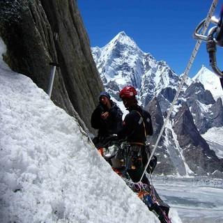 Exponiertes Standplatz - Auch das Klettern in großen Höhen stellt hohe Anforderung an die körperliche und mentale Leistungsfähigkeit der Alpinisten  &nbsp&#x3B;