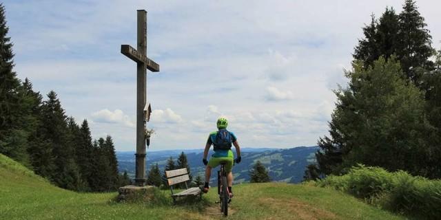 Etappe 1: Ausblick vom Schneiderkopf bei Buggenegg in den Bregenzerwald.