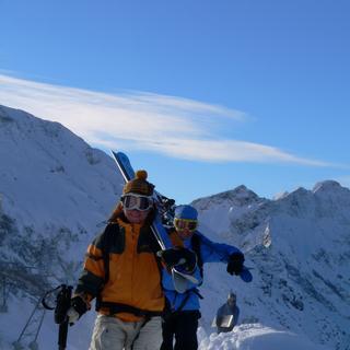 Skier Tragen zu einem Freeride, Allgäuer Alpen, Bayern, Deutschland