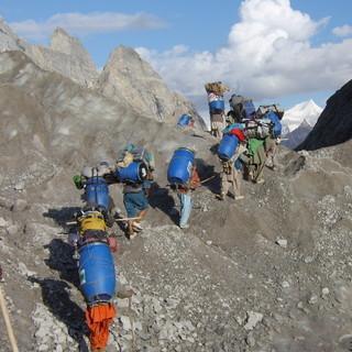 Zustieg zum Basecamp - Beim Zustieg zum Basecamp sind die meisten Expeditionen auf die Hilfe einheimischer Träger angewiesen  &nbsp&#x3B;