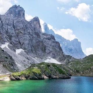 Beliebtes Ausflugsziel auch für Tageswanderer ist der glitzernde Lago di Coldai vor der gewaltigen Kulisse der Civetta-Gipfel. Foto: Joachim Chwaszcza
