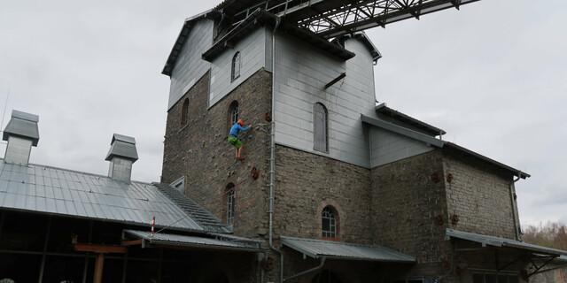 """Man kann sich an viel gewöhnen, auch an solche Bilder. Und gemäß DAV-Grundsatzprogramm Bergsport das Industriegebäude am Brecher im Westerwald als Berg """"im metaphorischen Sinn"""" ansprechen. Foto: Andreas Jentzsch"""