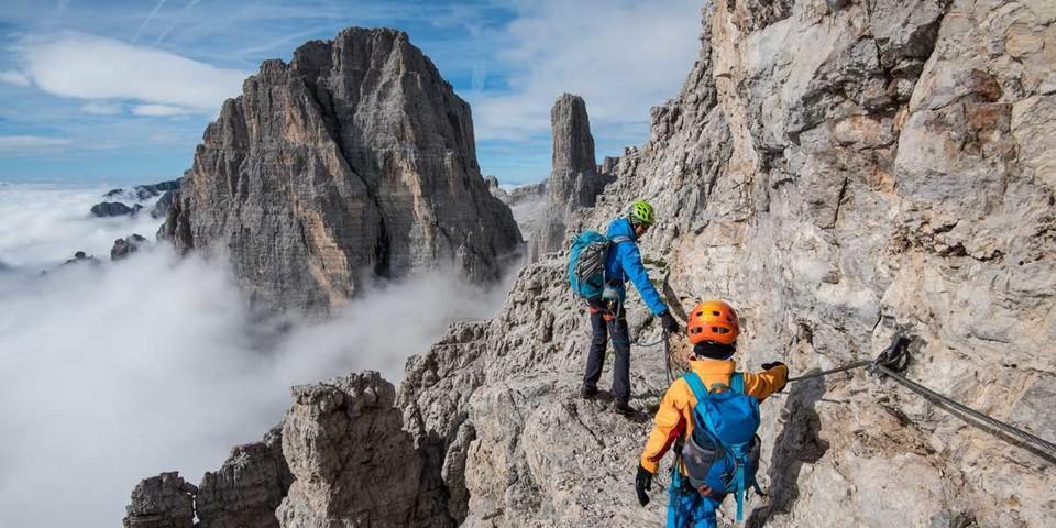 Am Bochette Centrale ist man auf natürlichen Bändern unterwegs – hinten die Felsnadel des Campanile Basso. Foto: Ralf Gantzhorn