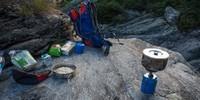So beginnt der Tag richtig: ein frischer Kaffee auf rauem Granit nach klarer Biwaknacht. Foto: Stefan Neuhauser