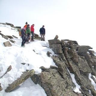 Die Gruppe blickt auf eine beeindruckende Lanschaft aus Fels, Eis und Schnee. Foto: Archiv Jubi