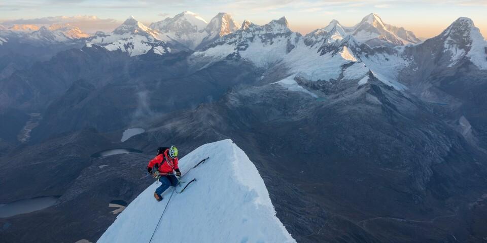Mit Benedict Saller auf dem Gipfel des Taulliraju (5830m) in Peru. Foto: Finn Koch