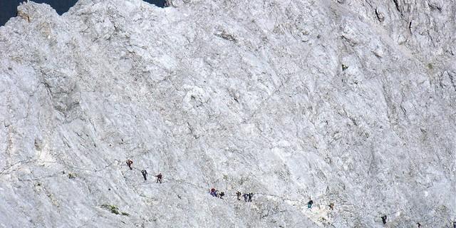 Tiefblick - Blick vom Gipfel in die Gipfelflanke.