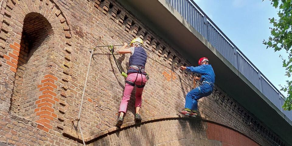Auf Reibung: Erstbegehung des hier noch im Bau befindlichen Klettersteigs. Projektleiterin Andrea Neugebauer von der DAV Sektion Mülheim lässt sich von Mit-Einrichter Kurt Bubi die erste Klettersteigpassage zeigen. Foto: Andrea Neugebauer