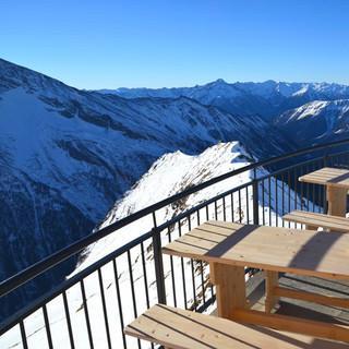 Neues Hannoverhaus - Auf der großen Sonnenterrasse reicht der&nbsp&#x3B;Blick über die Lienzer Dolomiten bis weit nach Südtirol hinein.