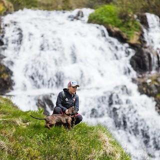 Skirennläuferin Nici Schmidhofer beim Wandern, Foto: Servus TV/Daniel Götzhaber