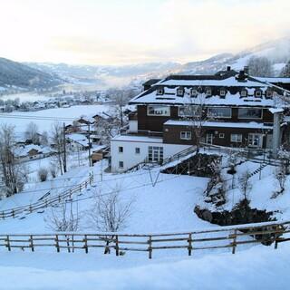 Schneebedecktes Außengelände; Foto: Jubiarchiv