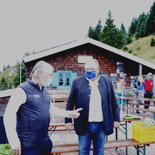 Roland Stierle und Walter Nussel beim Praxis-Check vor der Brunnenkopfhütte nahe Unterammergau. Foto: DAV/Jakob Neumann