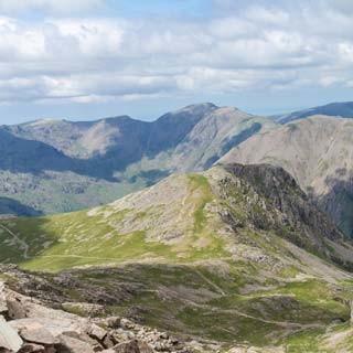 Gesicherte Zukunft - Für die nächsten paar England-Urlaube zeigen sich vom Gipfelhang des Scafell Pike (978 m) noch jede Menge reizvolle Ziele.