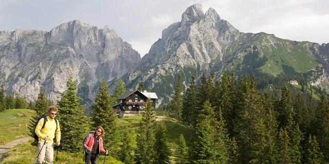 Mödlinger Hütte - Die Mödlinger Hütte ist eine Berghütte, wie man sie sich wünscht, mit dem Admonter Reichenstein als Kulisse. Foto: Iris Kürschner