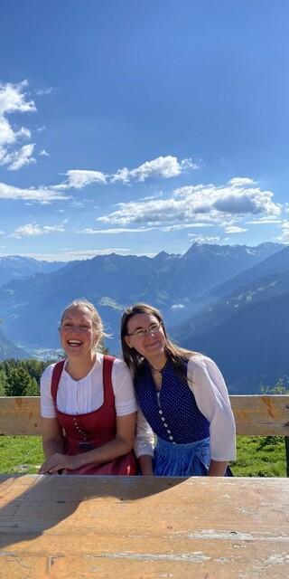 Wirtin Corina und Köchin Eva auf der Terasse Foto: Corina Epp