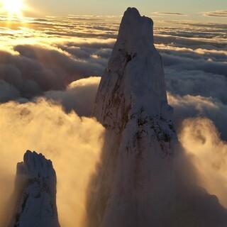 Majestätisch schaut der Gipfel des Cerro Torre aus den Wolken. Foto: Red Bull Content Pool/Ken Robinson