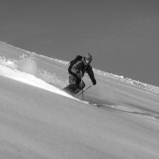 Eine Skifahrerin im unverspurten Gelände. Foto: Claudia Wegmann