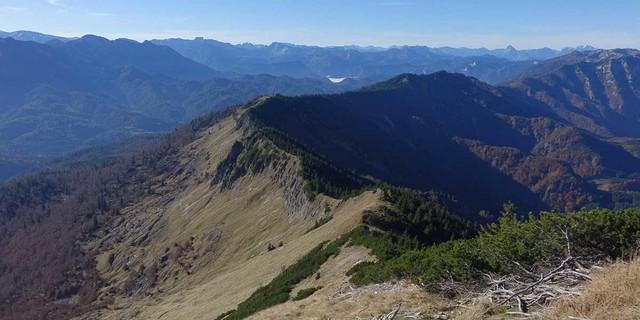 """""""Alpinweg"""" ins Abseits: immer dem Kamm entlang bis in die Senke des Tremelsattels. Foto: Axel Klemmer"""