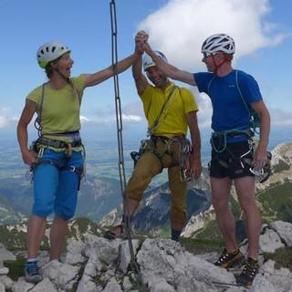 Hoch die Tassen! Der Gipfelhandschlag auf dem Gimpel, mit Blick aufs Alpenvorland, ist das i-Tüpfelchen der Tour. Foto: Christian Pfanzelt