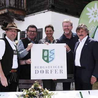 Die feierliche Siegelverleihung. V.l.n.r.: Josef Bierschneider, Franz Josef Pschierer, Ilse Aigner, Marcel Huber, Rudi Erlacher. Foto: Hans Herbig