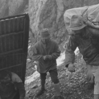 Bau der Biwakschachtel in der Watzmann Ostwand, 1949. Transport der Einzelteile. Archiv des DAV, München