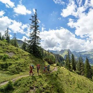 Gruppe unterwegs in herrlicher Berglanschaft. Foto: JDAV / Silvan Metz