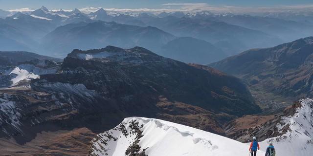 Beim Abstieg vom Balmhorn zeigen sich die Walliser Viertausender hinter dem Rhonetal. Foto: Ralf Gantzhorn