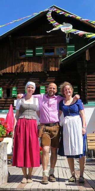 Lisa, eine Hüttenkollegin und Michl, der Hüttenwirt der Pfeishütte. Foto: Lisa Dederichs