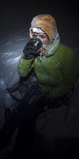 Mitten in der Nacht, mitten in einem Schneesturm am Adamello. Foto: Silvan Metz